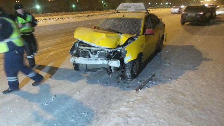 На ЖБИ машина такси после столкновения улетела в павильон на остановке