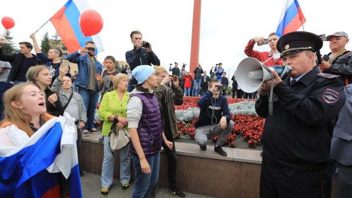Сотни митингующих против реформы без проблем прошли с лозунгами по всему проспекту Мира