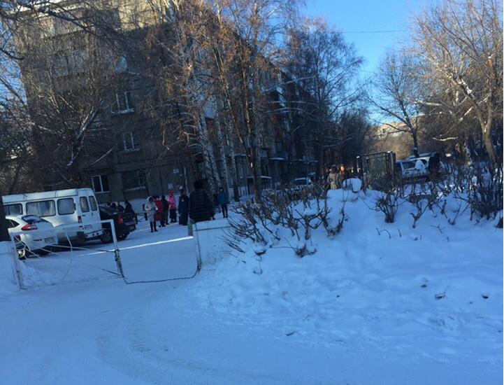 Люди в срочном порядке покинули здание школы