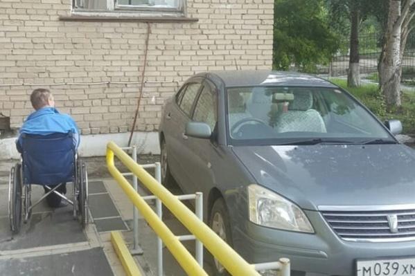 Инвалид ждёт, зато водителю удобно