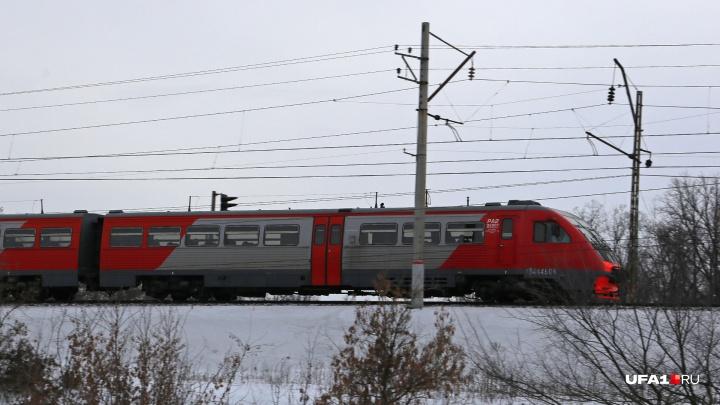 В Башкирии 18-летнего молодого человека, который шел вдоль железной дороги, сбил поезд