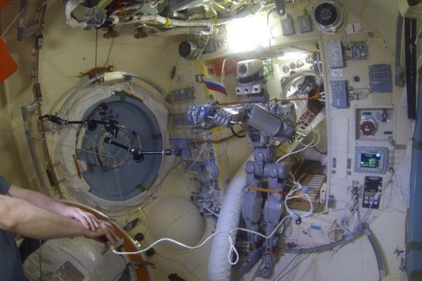 Так проходят ежедневные тренировки робота Фёдора на МКС