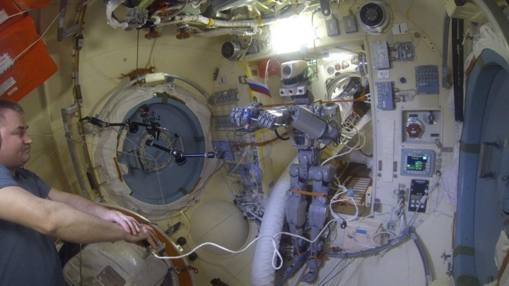 «Хотели запустить молотком и отвёрткой»: работу магнитогорского робота Фёдора на МКС сняли на видео