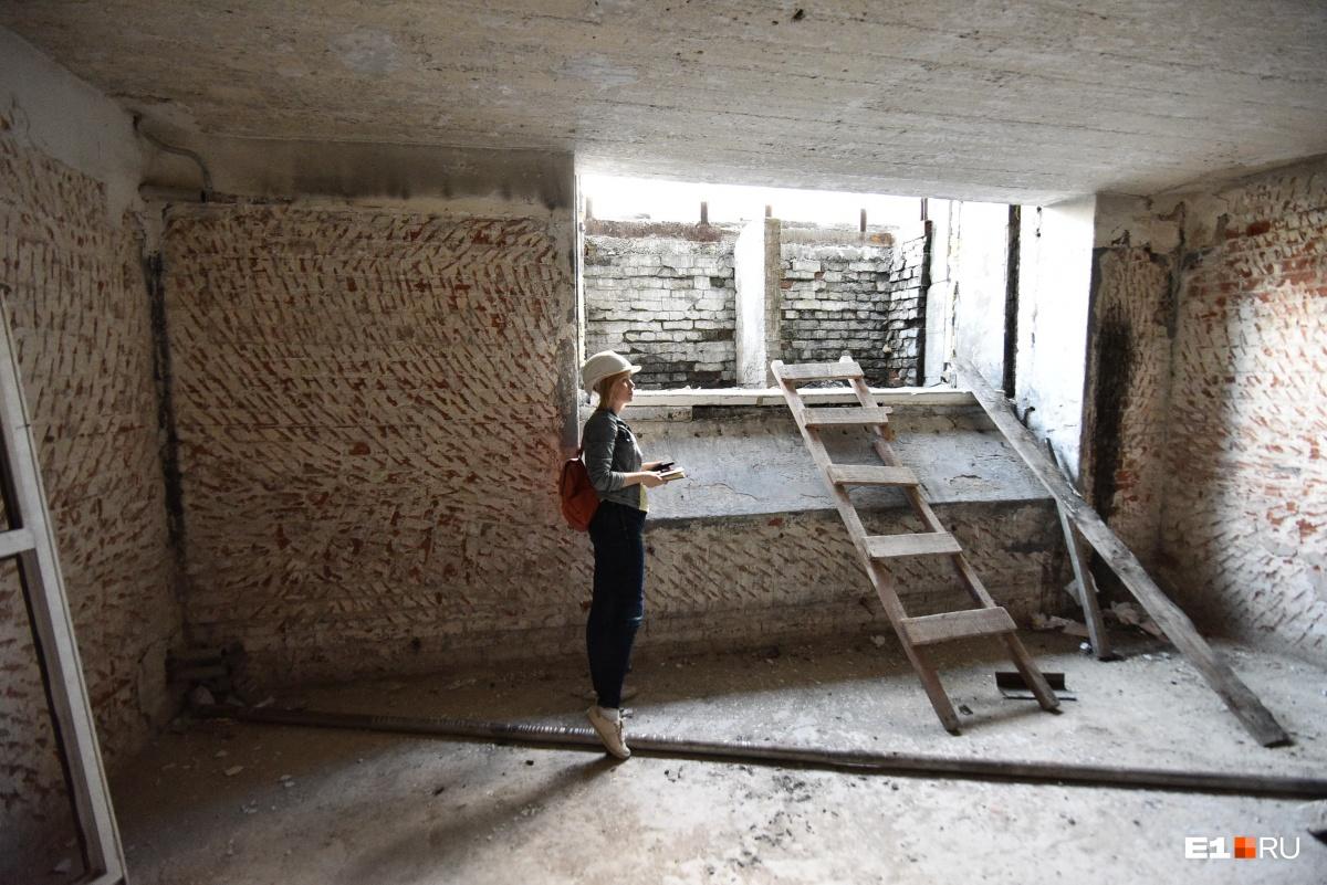То самое окно, через которое в здание заносили ящики с экспонатами из Эрмитажа