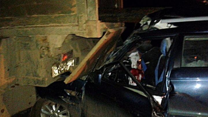 В Башкирии водитель иномарки въехал в припаркованный КАМАЗ