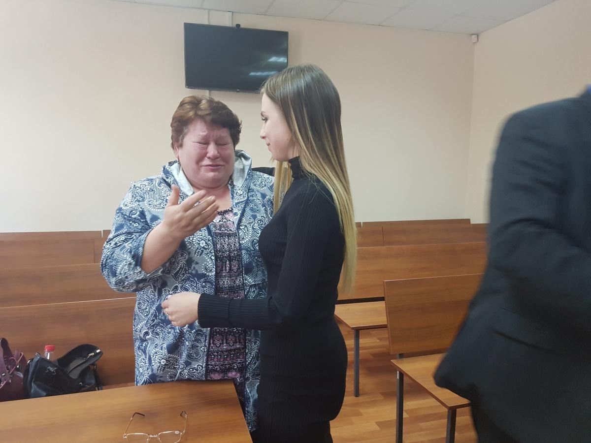 Женщина сильно нервничала и после решения суда расплакалась