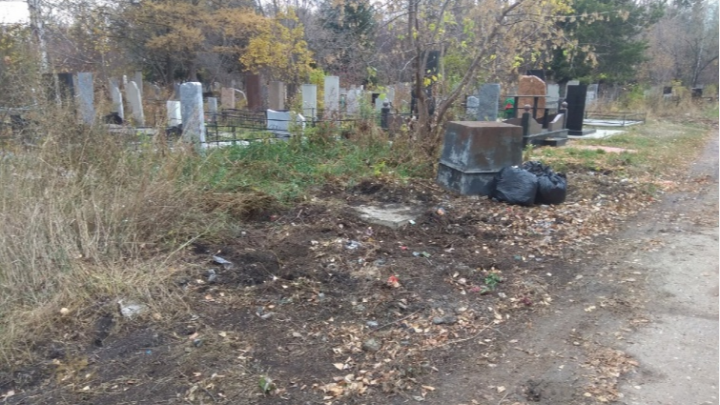 Омская прокуратура нашла 10 кладбищ без площадок для сбора мусора
