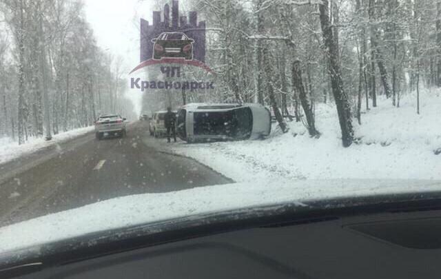 На скользкой дороге в Удачный перевернулся кроссовер Kia