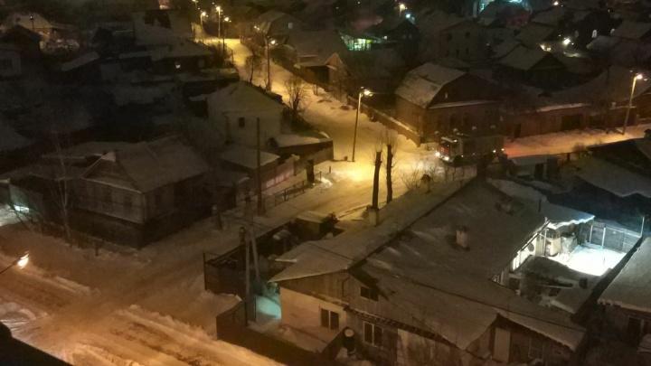«Провода искрили»: на Вторчермете из-за сильного ветра без электричества остался частный сектор