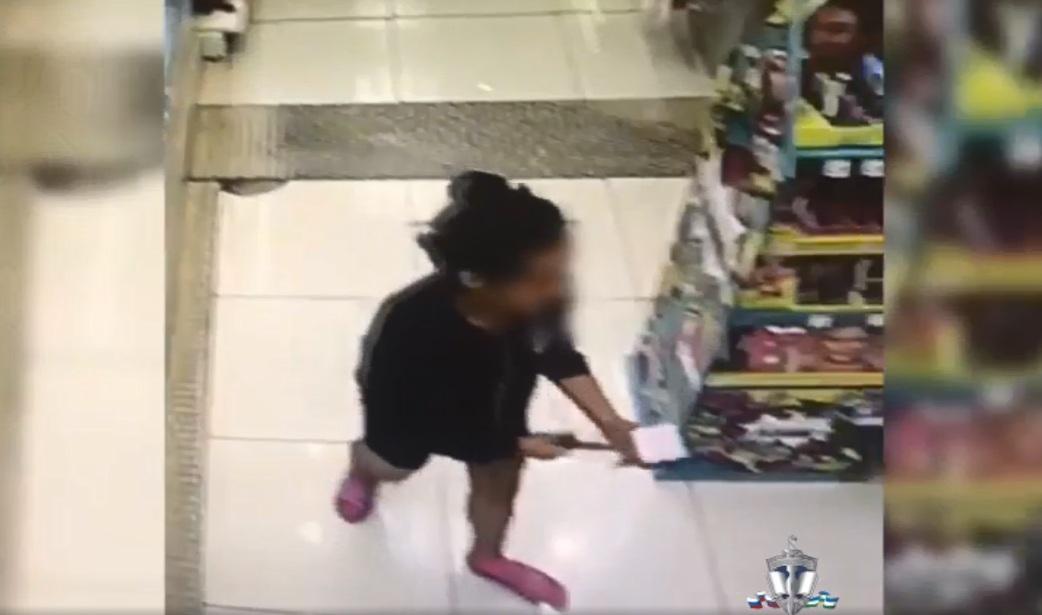 Девушка выхватила нож и стала угрожать сотрудникам, пытавшимся ее задержать
