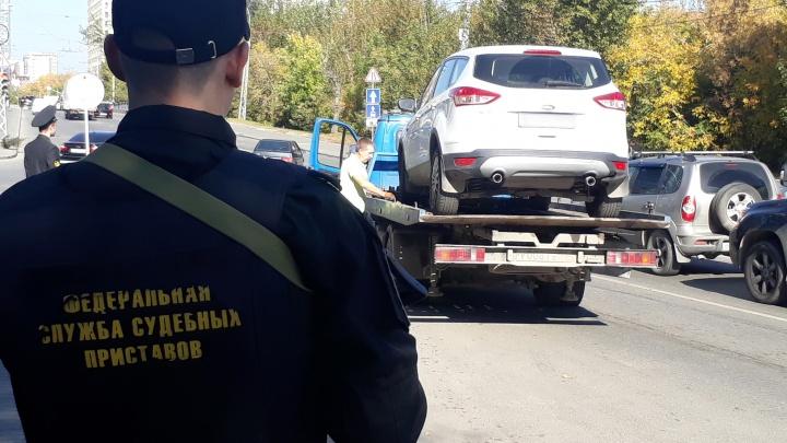 В центре Екатеринбурга приставы и ГИБДД устроили облаву на должников и арестовали несколько иномарок