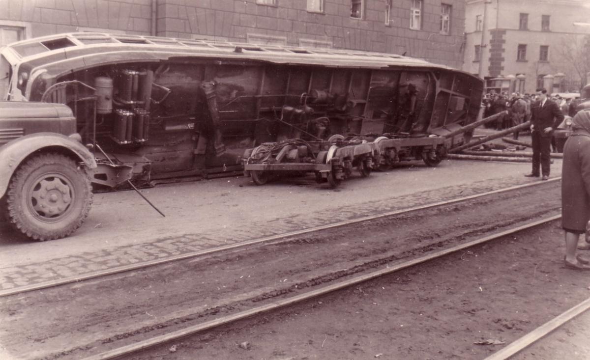 Трамвай слетел с тележки