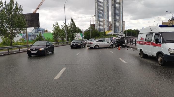 В микрорайоне Автовокзал лоб в лоб столкнулись Ford и BMW, два человека в больнице