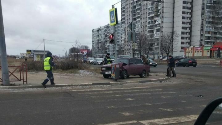 В Ярославле разыскивают водителя влетевшей в столб «семёрки»