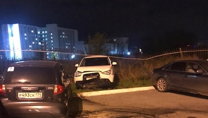 На парковке элитного дома в Челябинске водитель «Мерседеса» протаранил несколько машин