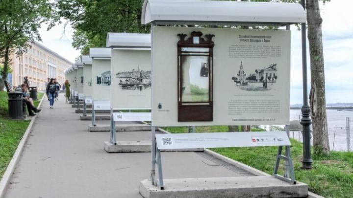 На пермской набережной появились старинные зеркала. Они — часть новой выставки