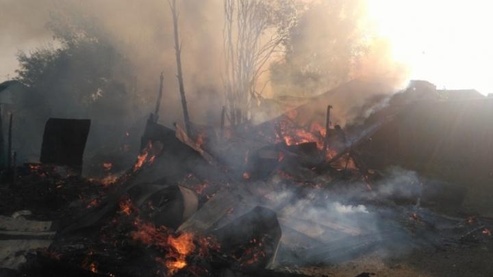 В крупном пожаре в Ярославской области сгорело пять зданий