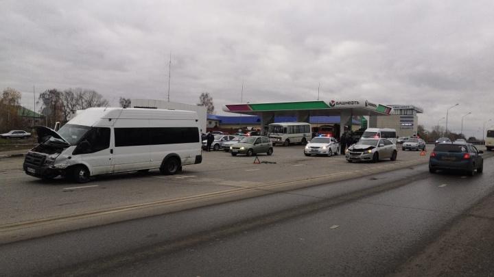 В Уфе маршрутка столкнулась с «Шевроле-Круз», пассажиров госпитализировали
