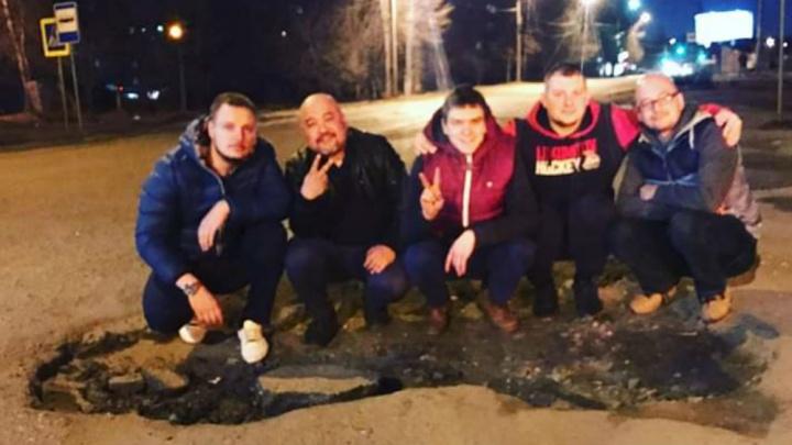 В Ярославле нашли на дороге яму, в которую поместились сразу пять человек