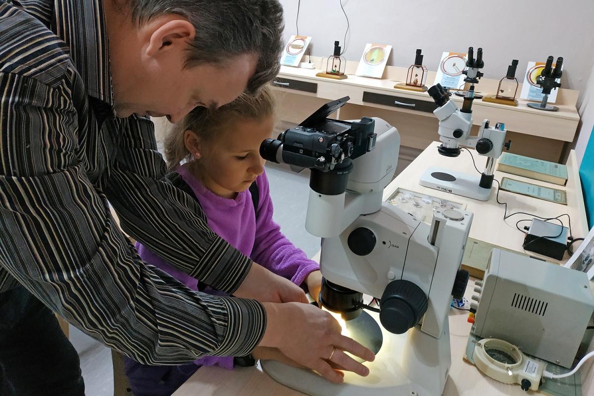 Ученики Владимира Анискина работают с микроскопом и миниатюрными резцами