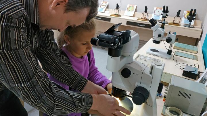 Рис, резец и микроскоп: новосибирец начал учить горожан письму по рисовым зёрнышкам