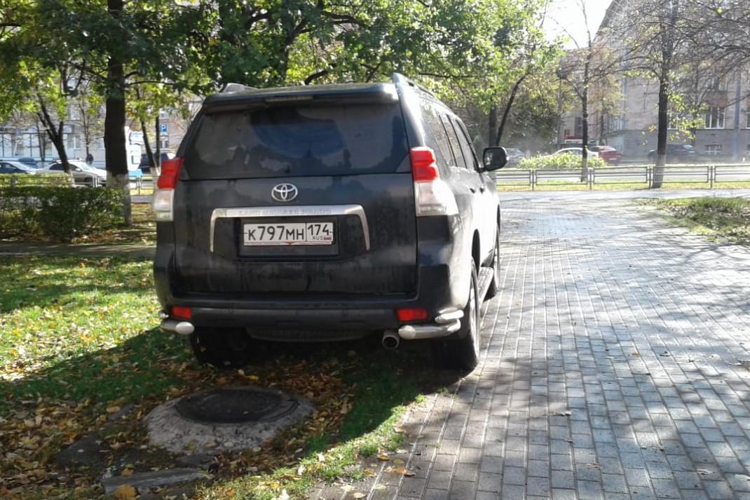 Верховный суд РФ разъяснил недавно, что за подобное нарушение можно наказывать по двум статьям: по федеральному КоАП за стоянку на тротуаре и по местному, областному закону за порчу газона. Но в Челябинске на подобное смотрят сквозь пальцы