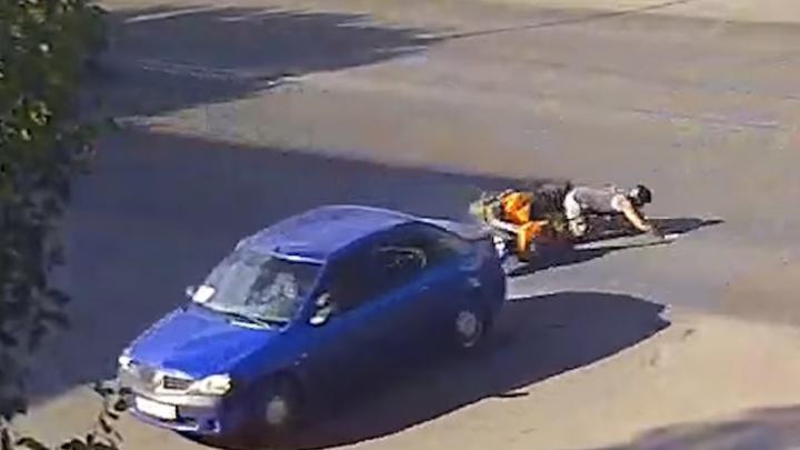 В Волжском скутерист на скорости влетел в иномарку: видео