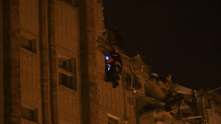 В темноте: спасатели будут работать всю ночь на месте взрыва в Шахтах
