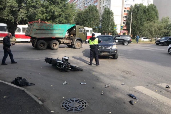 Сотрудники ГИБДД регулировали движение на месте аварии