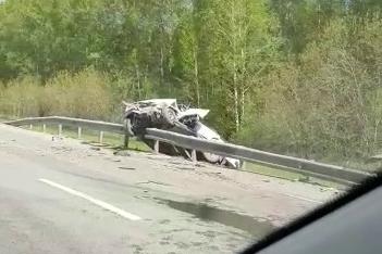 В результате столкновения одну из машин выбросило за ограждение