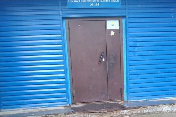 Закрытая дверь стала причиной проверок