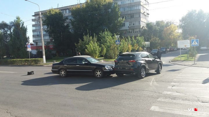 «Три дня назад купил»: в центре Волгограда новенький Lexus столкнулся с Mercedes