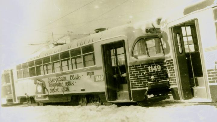 Рок и водолазные работы: 30 лет назад в Новосибирске расписали трамвай — авторам грозили проблемами