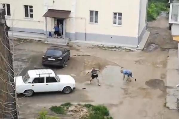 Парни пытались убежать, но упали