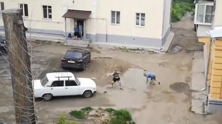 «Он контуженый»: челябинец в полицейской форме переехал двоих парней во дворе многоэтажки