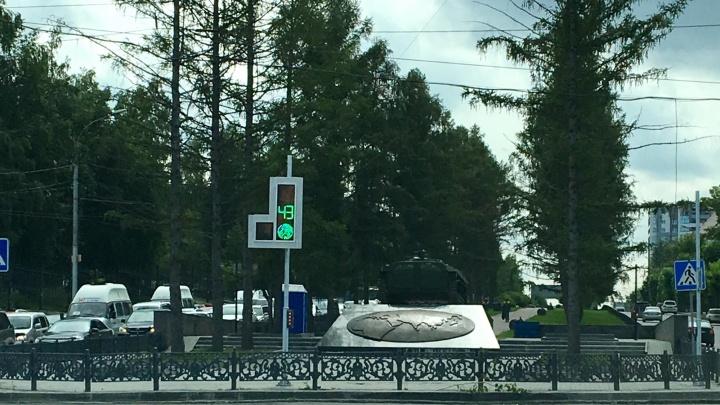 Моргает и тикает: на Красном проспекте появился новый светофор