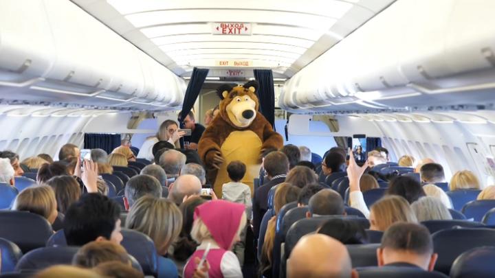 «Маша и Медведь» полетели: герои мультика-миллиардера выпускника НГУ начали встречать авиапассажиров