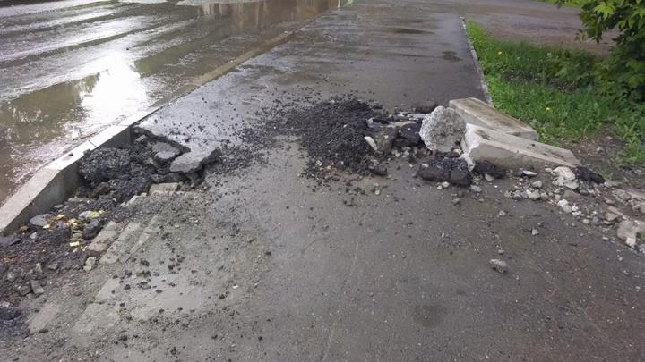 Как после бомбежки: на Донбасской рабочие обновили проезжую часть, а тротуары бросили с ямами и щебнем