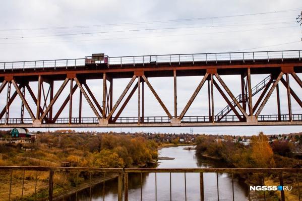 Нынешнему железнодорожному мосту через Омь уже 64 года