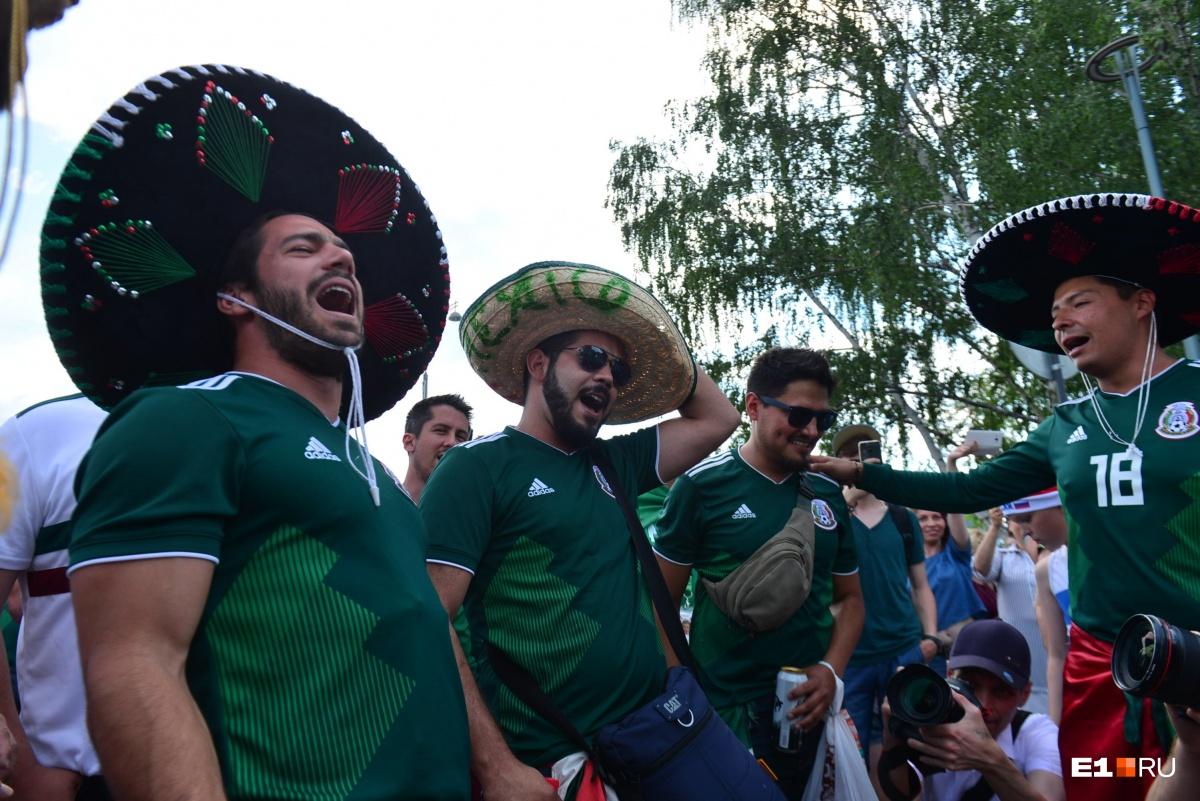 Шествие не обошлось без песен и кричалок в поддержку мексиканской сборной