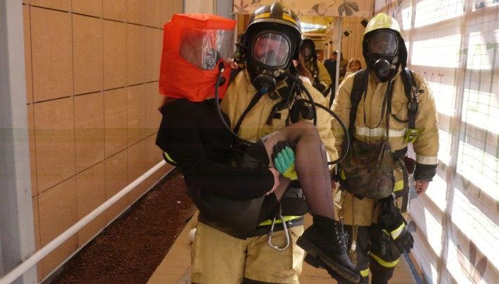 В Уфе из торгового центра спасатели выносили девушек на руках