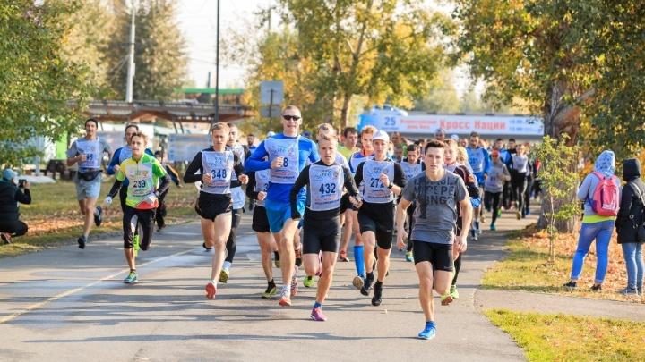 В сильный ветер несколько сотен спортсменов пробежали 10 километров по Татышеву