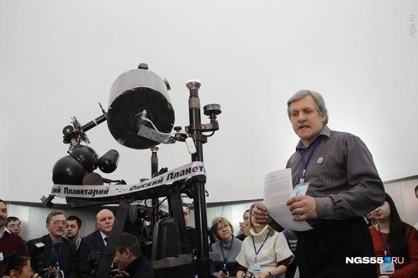 Владимир Крупко проводит лекцию в планетарии