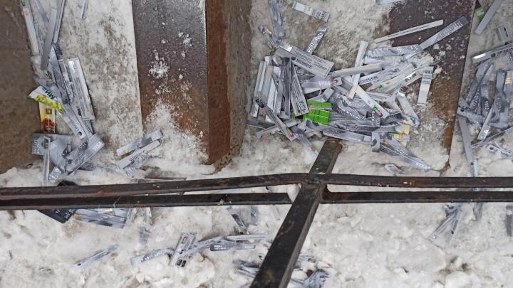 «На них все данные читаемы»: у входа в метро на Уралмаше нашли кучу банковских карт