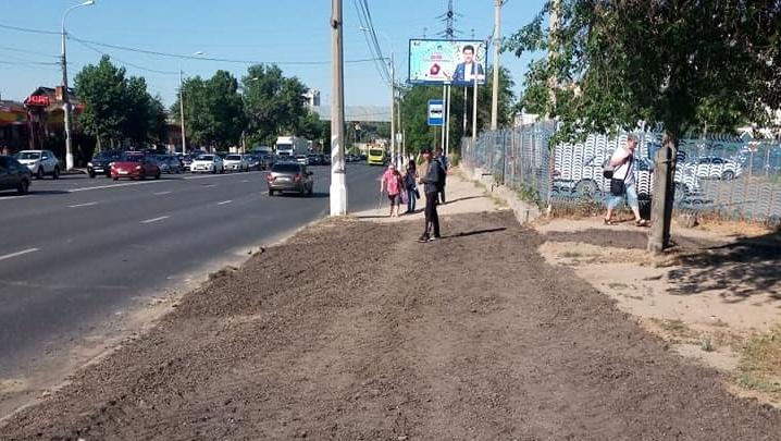 «Плавится под ногами»: в Волгограде спекшуюся под солнцем остановку засыпали крошкой асфальта