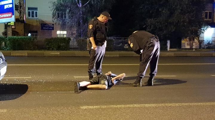 Бросился под колёса: в Ярославле пешехода скрутили посреди дороги