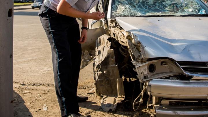 Водитель погиб под Новосибирском, врезавшись в столб