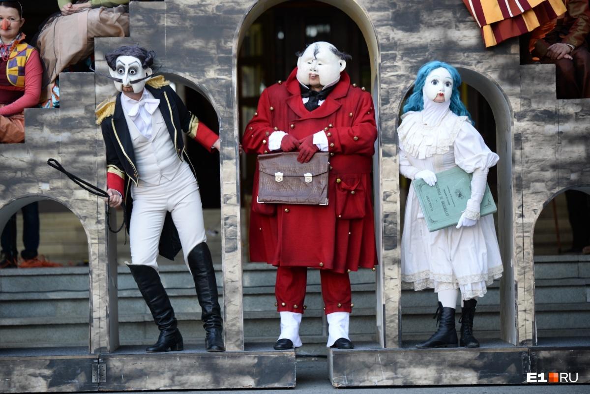 Эти куклы изображают руководителей театра
