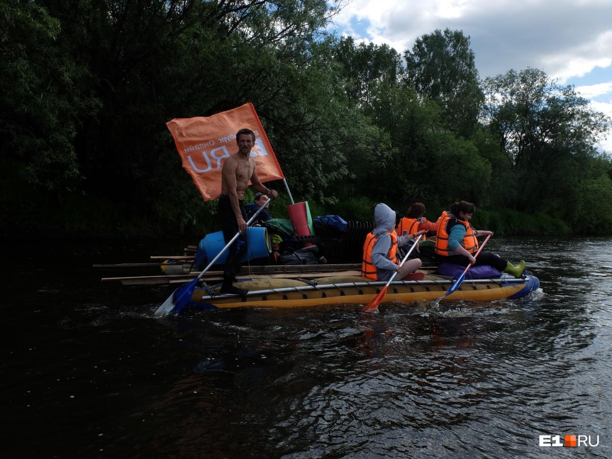 Флаг переместился на другой катамаран. Стоящий мужчина с веслом — инструктор Илья