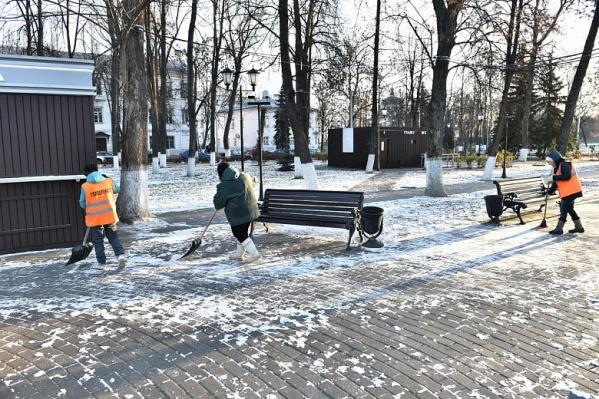 Убирать парки и скверы будут 80 человек